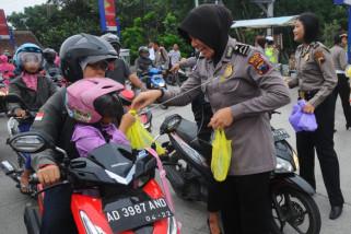 Polisi bagikan takjil