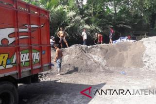 Status waspada,  penambangan di Merapi sementara ditutup