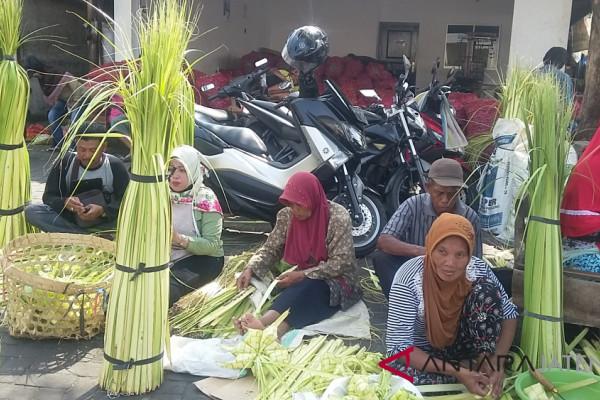 Puluhan penjual selongsong ketupat ramaikan Pasar Legi