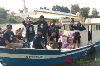Relawan Jokowi pekalongan bagikan sembako korban rob