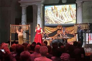 Perpaduan penyanyi Austria dan Angklung mengundang detak kagum penonton