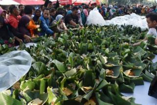 16.825 pincuk nasi pecel Madiun pecehkan Rekor MURI