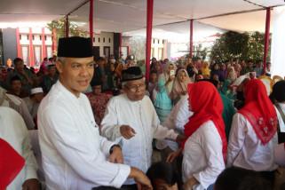 Ganjar Pranowo: Hal terpenting silaturahim adalah berjabat tangan