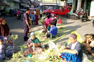 Pedagang janur untuk ketupat mulai bermunculan