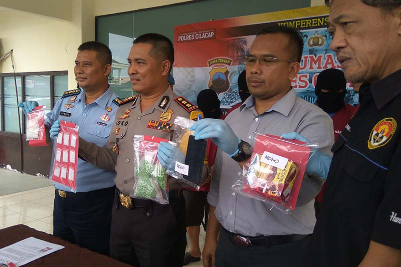 Video - Jadi kurir narkoba sipir Nusakambangan ditangkap polisi
