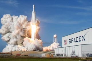 SpaceX tak akan mengirim wisatawan keliling bulan