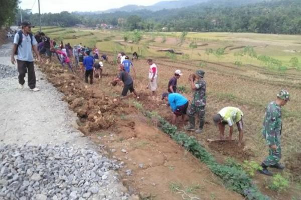 Warga-TNI bangun jalan di Sawangan Banyumas