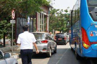 Awas, parkir mobil di depan halte Trans Semarang digembok