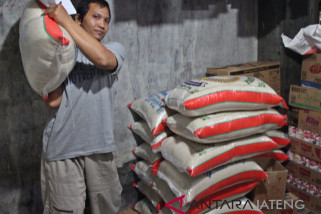 Stok cukup, pengusaha beras berspeklulasi turunkan harga