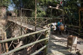 Jembatan darurat berbahan bambu