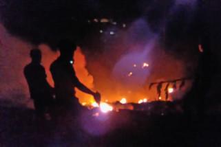 Petugas padamkan kebakaran hutan pinus di Banyumas