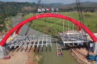 Penyangga lantai Jembatan Kalikuto jatuh