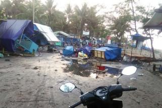 Gelombang tinggi merusak sejumlah warung di Pantai Suwuk