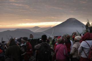 Wisata matahari terbit di bukit Sikunir