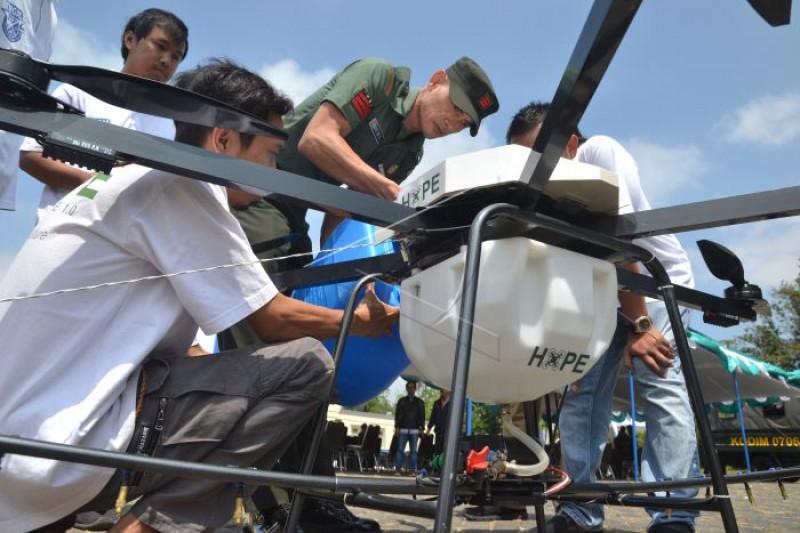 Drone untuk penyemprotan lahan pertanian
