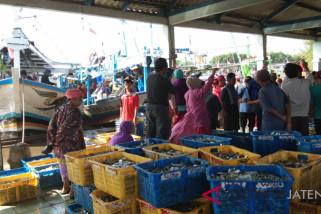Nelayan masih di laut, aktivitas TPI Pekalongan lumpuh