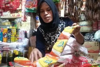 Kurang diminati, pedagang Pasar Legi kesulitan jual beras saset