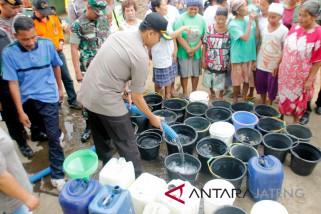 PWI Magelang salurkan air bersih di daerah kekeringan