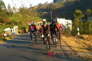 Ganjar taklukkan tanjakan Dieng dengan bersepeda