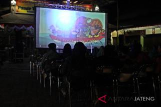 Layar tancap  Festival Film Merdeka digelar di halaman pasar