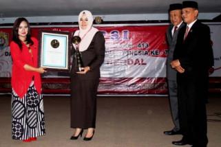 Ciptakan lagu, Bupati Kendal Mirna Annisa terima penghargaan Leprid