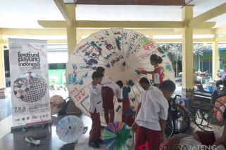Puluhan siswa disabilitas lukis payung raksasa di Surakarta