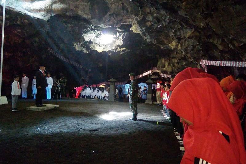Video - Warga gelar upacara di dalam Goa Lawa