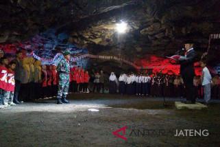 Warga Purbalingga upacara HUT RI di Gua Lawa