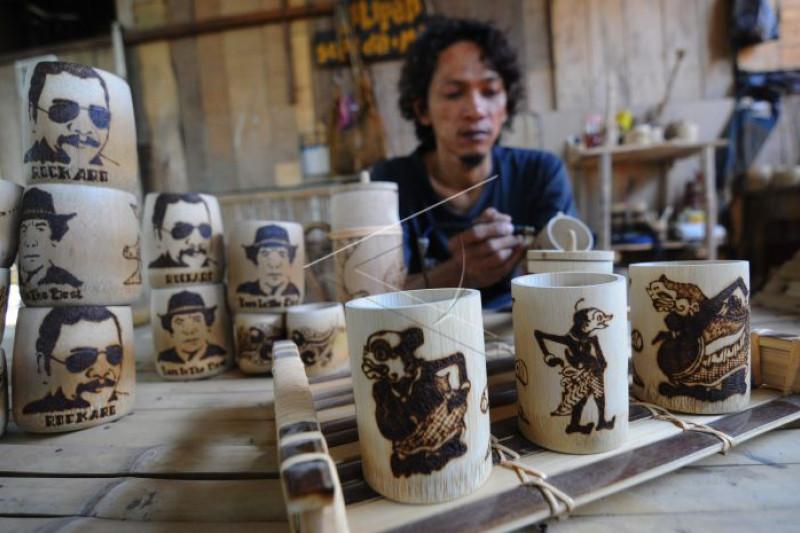 Kerajinan gelas berbahan bambu