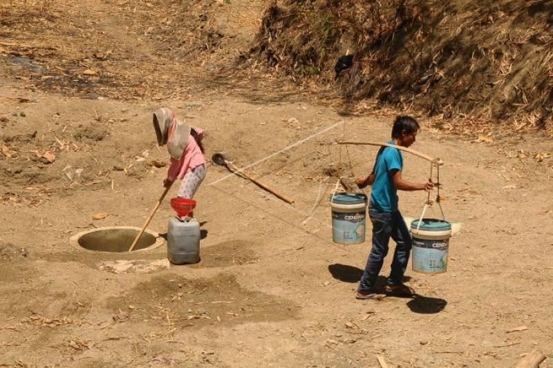 Warga membutuhkan air bersih