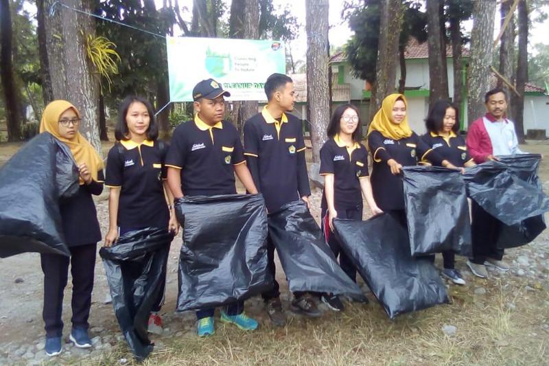 World Cleanup Day, mahasiswa Polbangtan Magelang bersihkan kampus