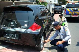 Mobil parkir sembarangan, petugas kempesi ban