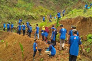 Daerah rawan longsor di Cilacap ditanami seribuan bibit pohon
