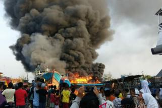 Lima kapal nelayan ludes terbakar