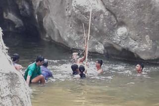 Polisi evakuasi jenazah korban tenggelam di Cilacap