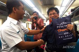 KAI Purwokerto bagikan suvenir kepada penumpang