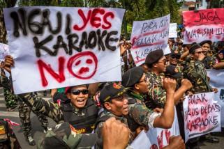 Aksi tolak karaoke ilegal