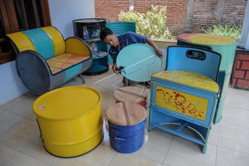 Produksi meja dan kursi berbahan limbah drum