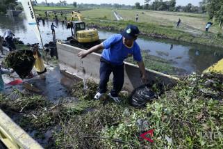 Peringati Hari Habitat Dunia, sukarelawan bersihkan sungai