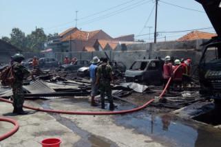 Di Pekalongan, delapan mobil terbakar di siang bolong