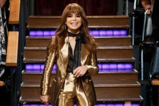 Jatuh dari panggung, Paula Abdul tetap lanjutkan konser