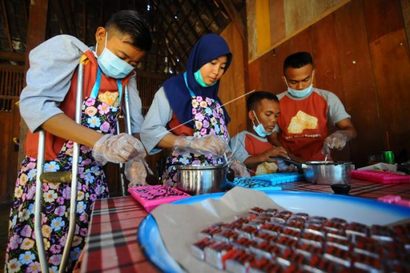 Produksi makanan coklat tempe