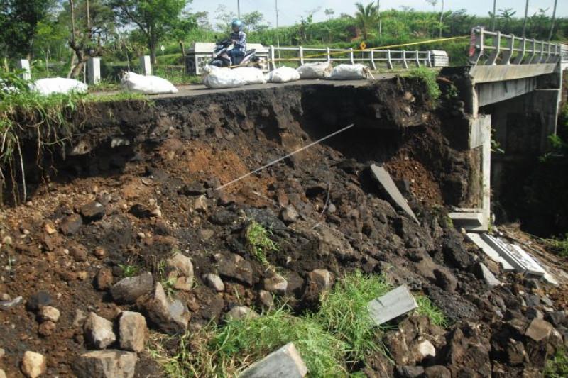 Jalan longsor di Temanggung