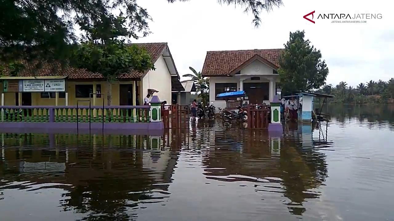 Video - Banjir di Nusawungu tidak ganggu kegiatan sekolah