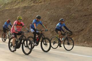 Ganjar pamerkan tol Semarang-Batang kepada peserta Tour de Borobudur 2018