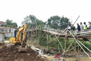Bupati Batang tegur pelaksana proyek jembatan penghubung desa
