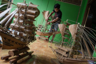 Kerajinan miniatur kapal kayu