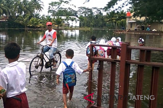 Tergenang, kegiatan sekolah di Nusawungu, Cilacap tetap berjalan (VIDEO)