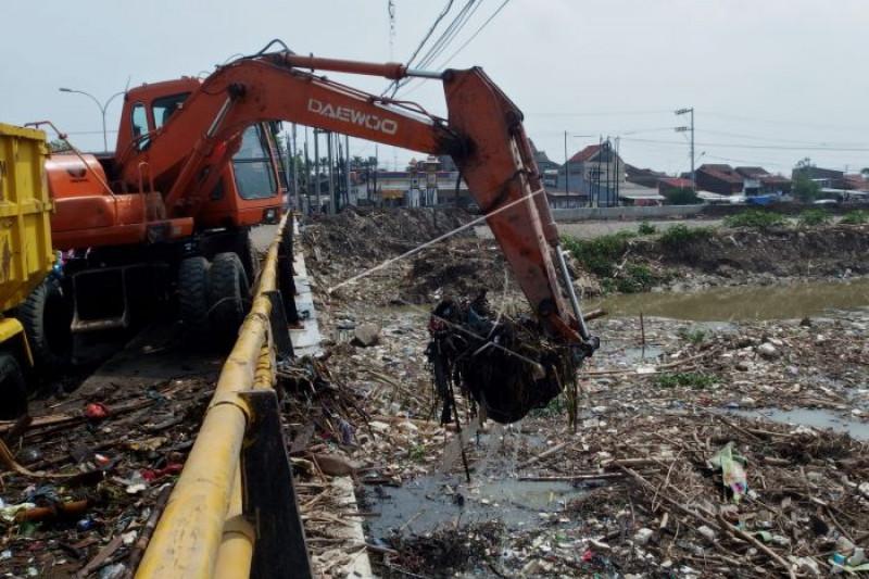 Sampah di Sungai Banjir Kanal Timur Semarang