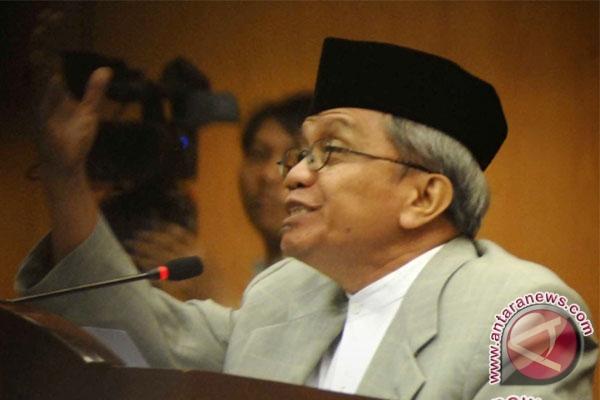 Taufik Ismail baca puisi
